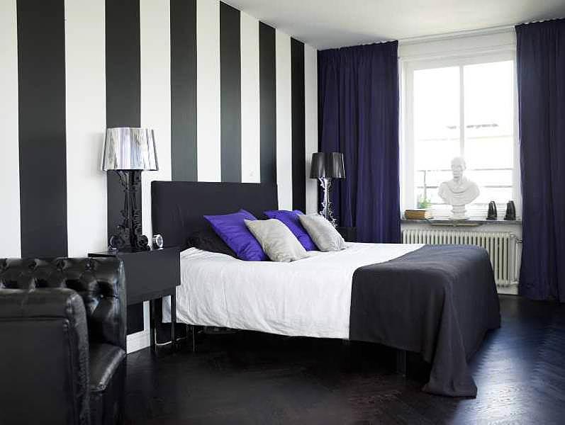 Черно белые обои в интерьере спальни фото